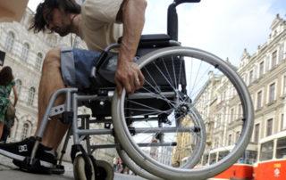 invalidní vozík, vozíèkáø, pøechod, dlažba, zkouška